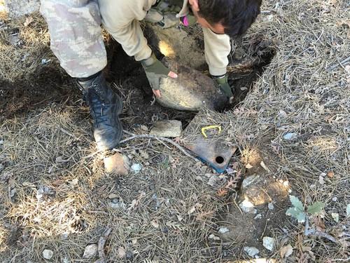 Hatay'da, PKK'nin faaliyetlerini onlemek amaciyla yapilan operasyonlar kapsaminda PKK'ya ait yerin altina gomulen cok sayida gida malzemesi ele gecirildi.