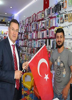 Başkan Savaş'tan esnaf ziyareti ve Türk Bayrağı hediyesi