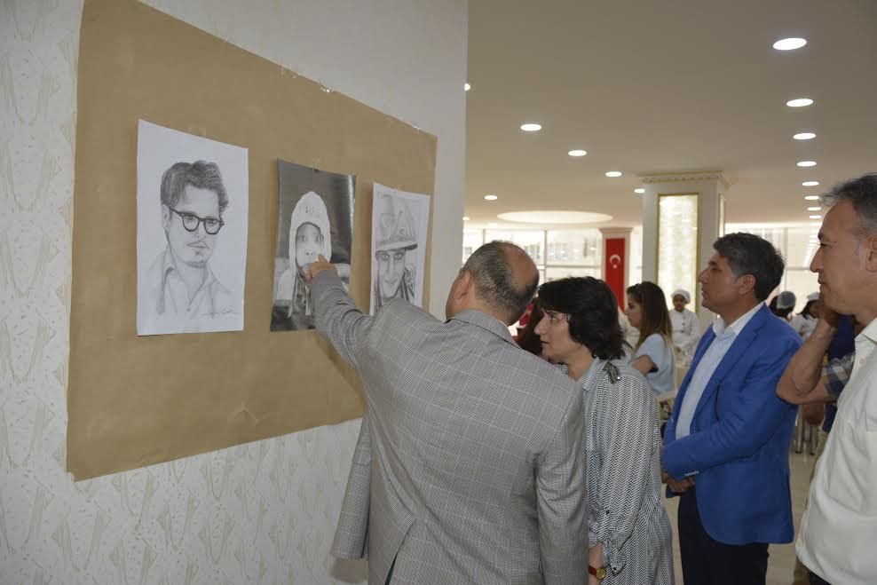 Kırıkhan'da Genç Ressamlarla 'Uyanan Renkler' Sergisi ziyarete açıldı