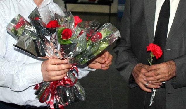 Cezasından huzur evinde çiçek dağıtarak kurtuldu