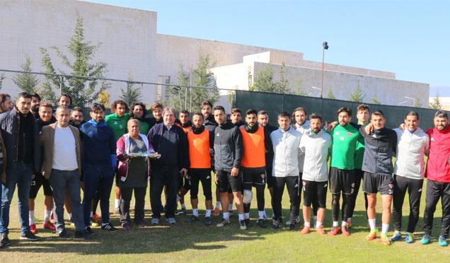 31 Asi gençlik derneği, Hatayspor futbolcularına baklava ikramında bulundu