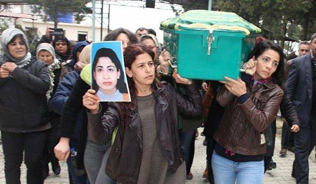 Eşi tarafından öldürülen kadının tabutunu kadınlar taşıdı