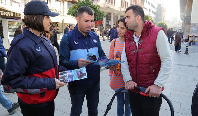 HBB zabıtası dilencilere karşı vatandaşlara broşür dağıtıyor
