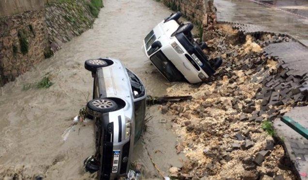 Aşırı yağıştan çöken yoldaki araçlar dereye düştü
