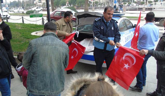 HBB Zabıta ekipleri Mehmetçiklere destek amaçlı Türk bayrağı dağıttı