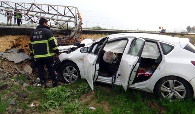 Elektrik direğine çarpan otomobil sürücüsü yaralandı