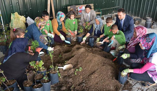 """Öğrencilerden """"Bitkiler ve İş Makineleri İle Yepyeni Hayatlar"""" adlı projesini yerinde gördü"""