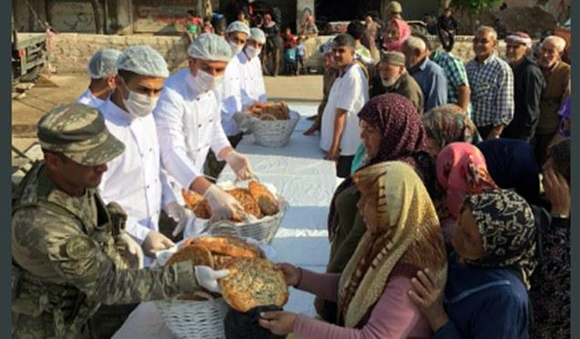 Mehmetçik Afrin'de yardımlarını sürdürüyor