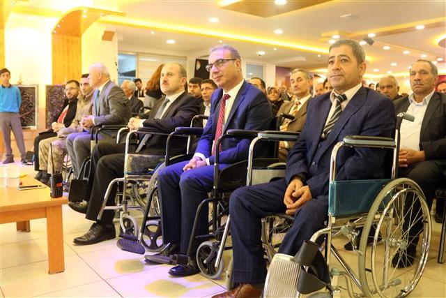 Protokol koltukları yerine, tekerlekli sandalye