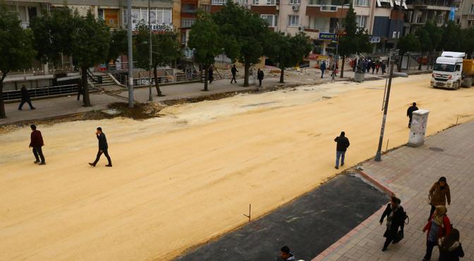 Trafiğe kapatılan Atatürk Caddesinde beton asfalt çalışması