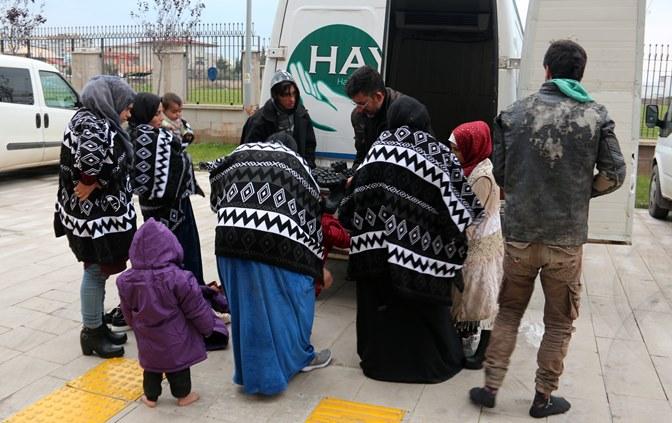 Hatay'da 13 kaçak göçmen yakalandı, 3 kişi gözaltında