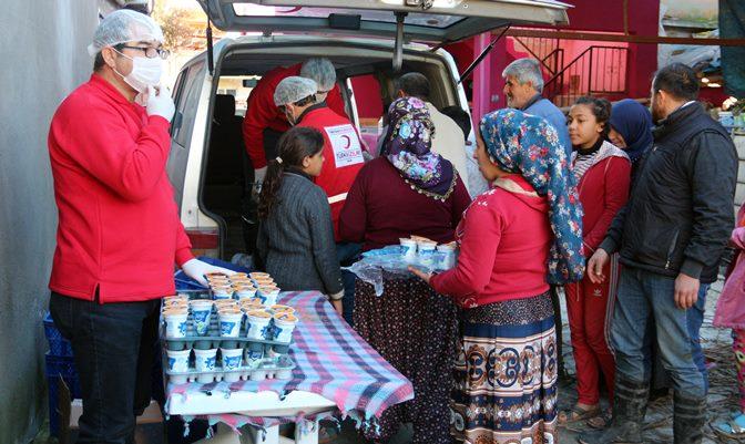Yağışlardan dolayı hasar gören mahallelerde yemek dağıtıldı