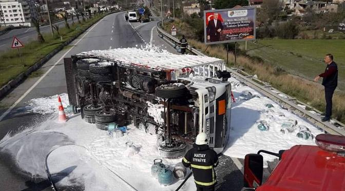 Dörtyol 'da tüp kamyonu devrildi