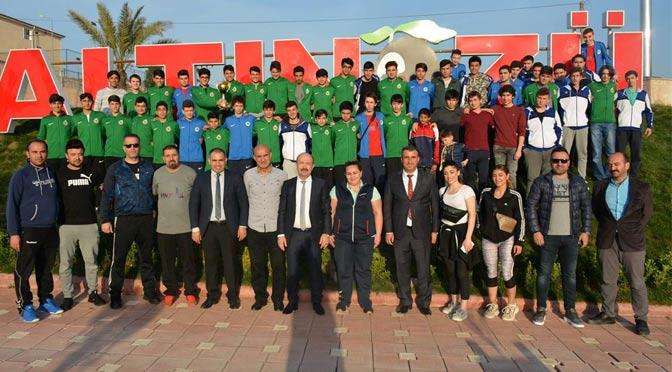 Kaymakam Uygur, Şampiyon genlçleri kutladı