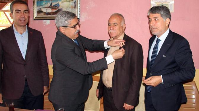Kırıkhan'da muhtarlara rozetlerini Yayman ve Yavuz taktı