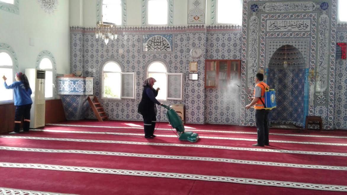 Kırıkhan Belediyesi'nden Regaib Kandili öncesi Camilere temizlik ve gülsuyu hizmeti