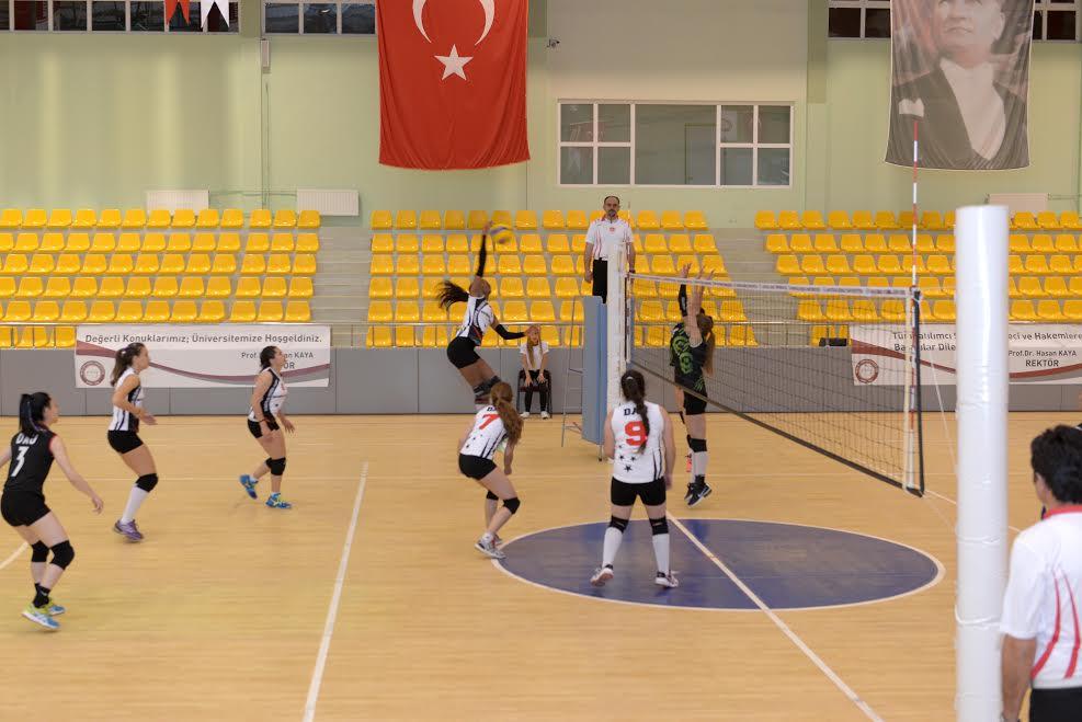 Rektör Kaya Voleybol Turnuvasının açılışına katıldı