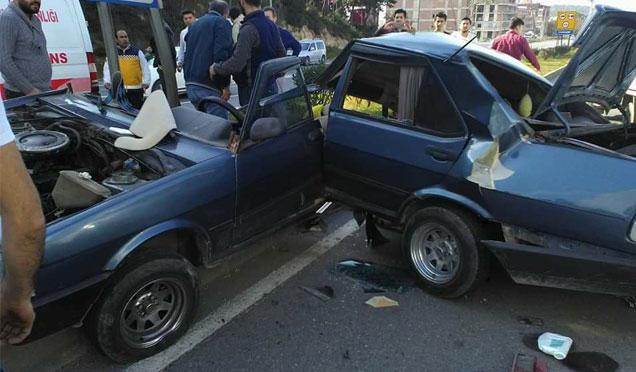 Trafik levhasına çarpan araç ikiye bölündü