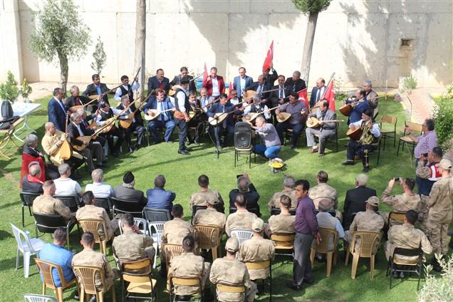 Erzurumlu Ozanlardan askerlere mini konser