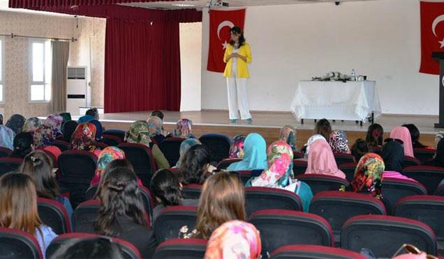 """Kumlu'da """"Aile içi iletişim"""" semineri düzenlendi"""
