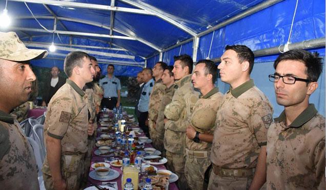 Kaymakam Uygur, iftarını sınırın sıfır noktasındaki Mehmetçik'le yaptı