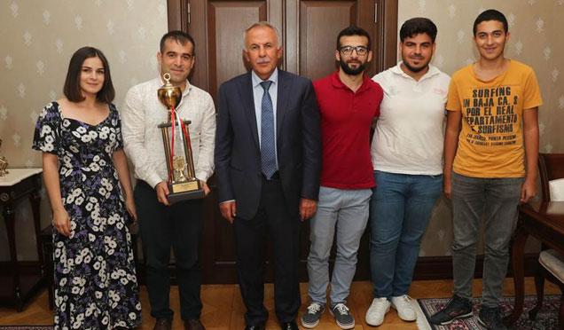 Satranç Türkiye Şampiyonu Kulüpten Vali Ata'ya ziyaret