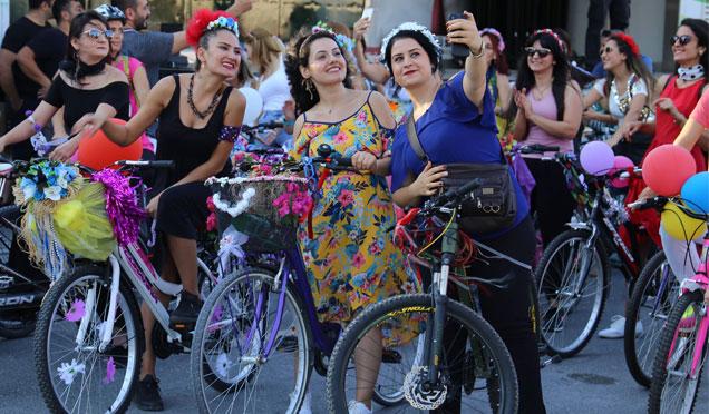 Süslü kadınlar bisiklet turunda buluştu