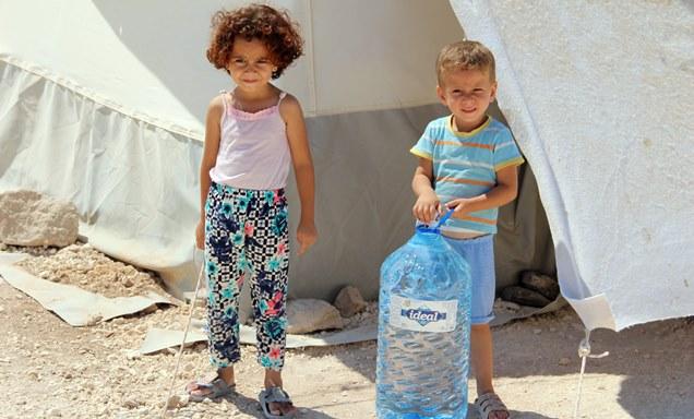 Cinderes'deki çadır kamplara içme suyu yardımı