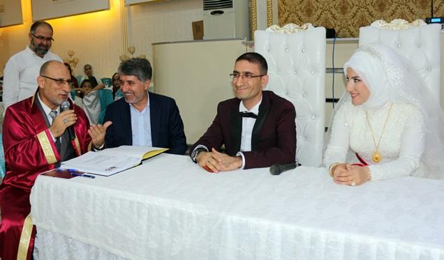 Müftü resmi nikah kıydı, belediye başkanı şahit oldu