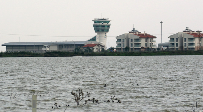 1 Köy sular altında; Havaalanı yolu kapandı