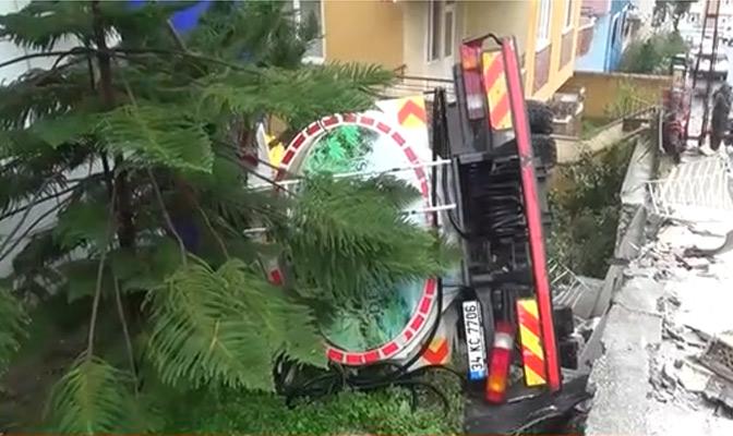 Freni patlayan kamyon 2 aracı ezdi
