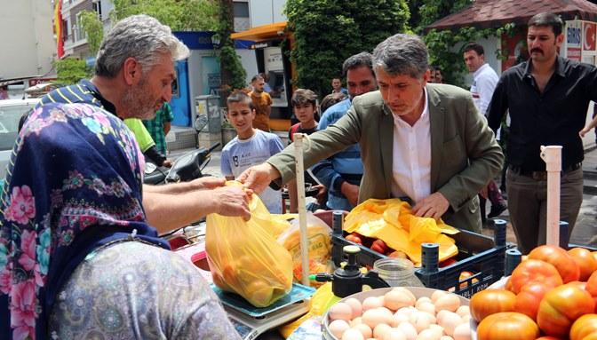 Eylem yapan seyyar satıcının domateslerini Belediye Başkanı sattı