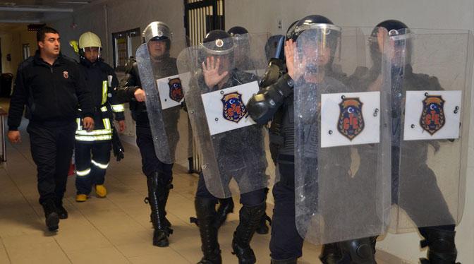 Başgardiyanı darp eden 2 kişi tutuklandı