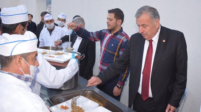 Başkan Yılmaz iftarını vatandaşlarla birlikte açtı
