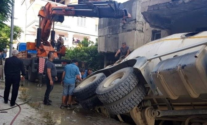 Hatay'da, beton mikseri geçişi sırasında yol çöktü