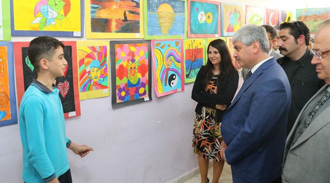 Türk ve Suriyeli öğrencilerden resim sergisi