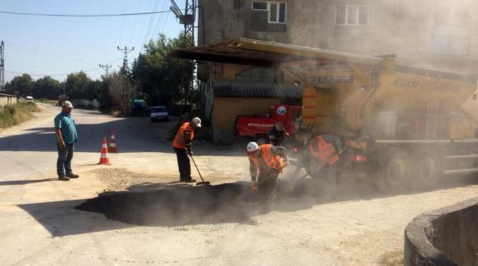 Antakya'da yol iyileştirme çalışmaları sürüyor