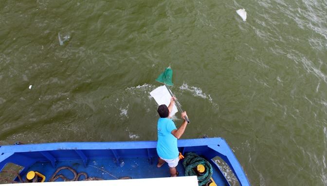 Deniz ve Kıyı Temizlik Çalışmalarına Teknelerde Eşlik Ediyor