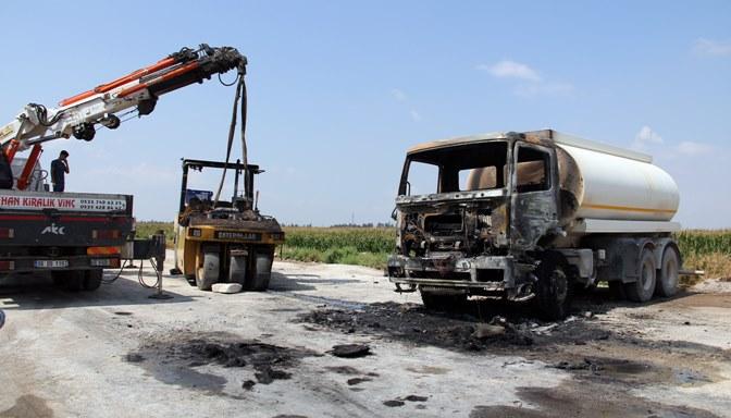 Yol çalışması yapan 2 iş makinası yandı