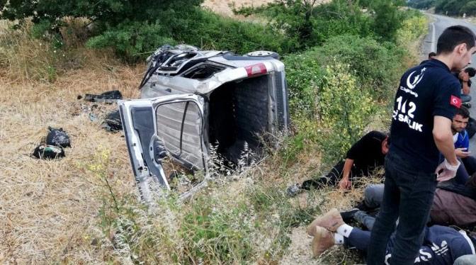Kaçak göçmen taşıyan araç kaza yaptı; 11 yaralı