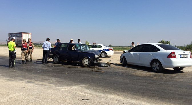 Kırıkhan'da 2 otomobil kafa kafaya çarpıştı