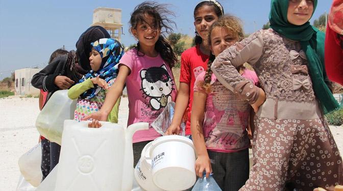 Çadır Kamplarda yaşayan Suriyelilere içme suyu dağıtıldı