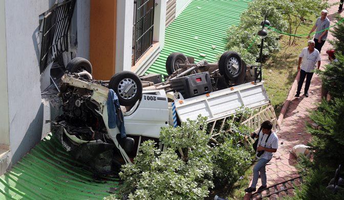 Direksiyon hakimiyetini kaybeden sürücü istinat duvarından düştü