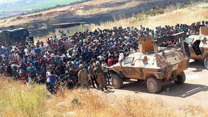 Suriyeliler Türkiye sınırında rejimi protesto etti