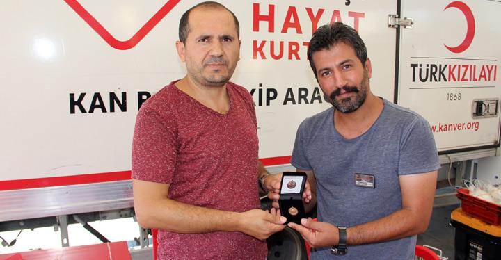 Kızılay'dan bağışçılarını madalya
