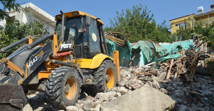 Kırıkhan'da madde bağımlılarının meskeni olan metruk binalar yıkıldı