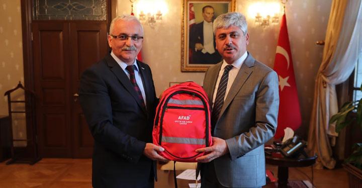 Afet ve Acil yardım çantası Vali Doğan'a tanıtıldı