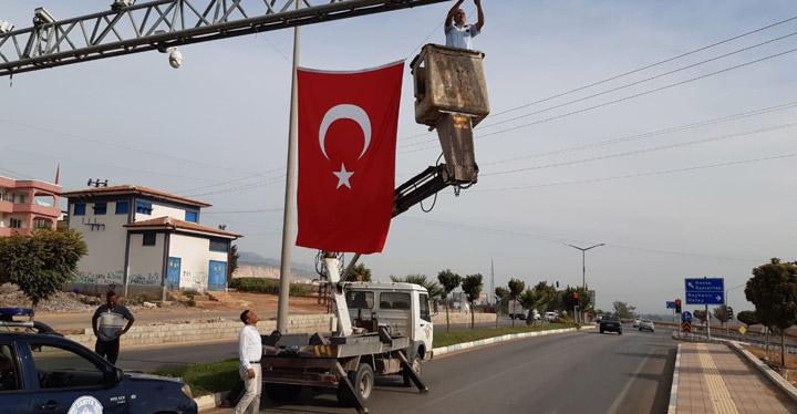 Kırıkhan'ın girişleri Türk bayraklarıyla donatıldı