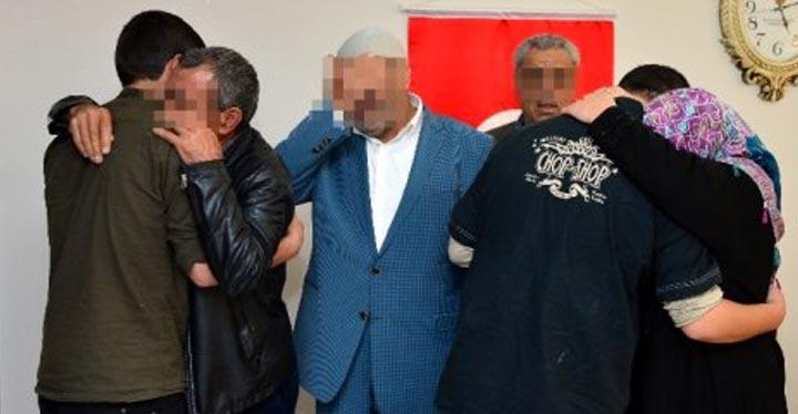 YPG/PKK'lı 2 terörist aileleri devreye girince teslim oldu