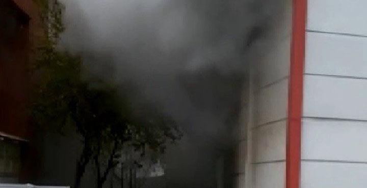 Binanın zemin katında çıkan yangın korkuttu
